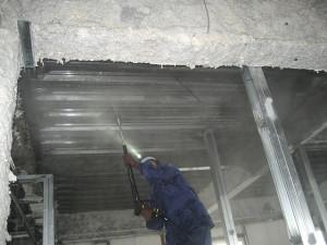 室内の壁・天井についている煤を落とします