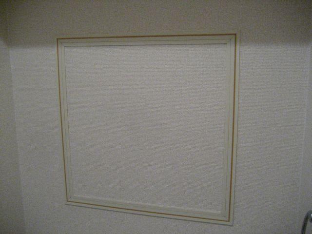 トイレ内の壁面に点検口