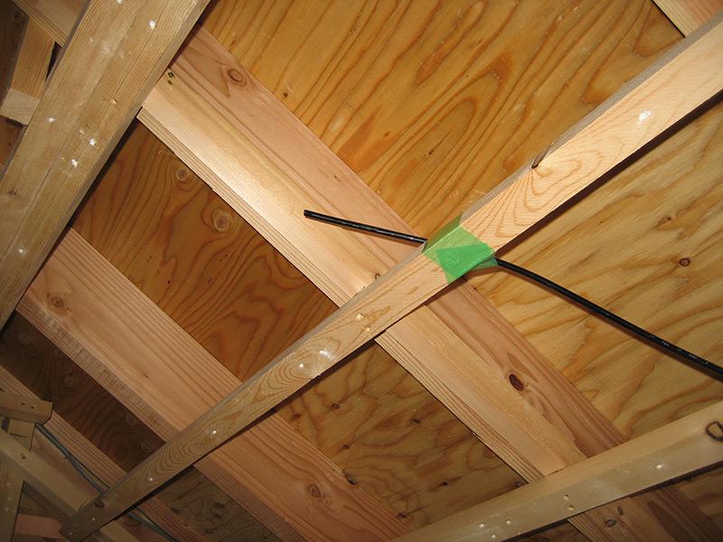 オゾンをチューブで屋根裏まで