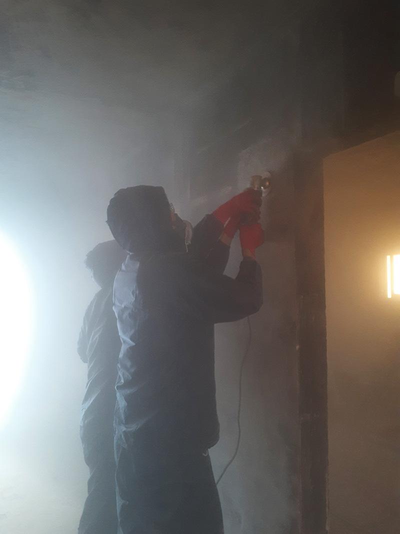 火災後の煤除去作業